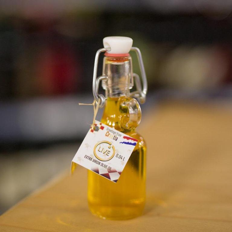 """Ova slika prikazuje bocu maslinovog ulja """"Naši dvori""""."""
