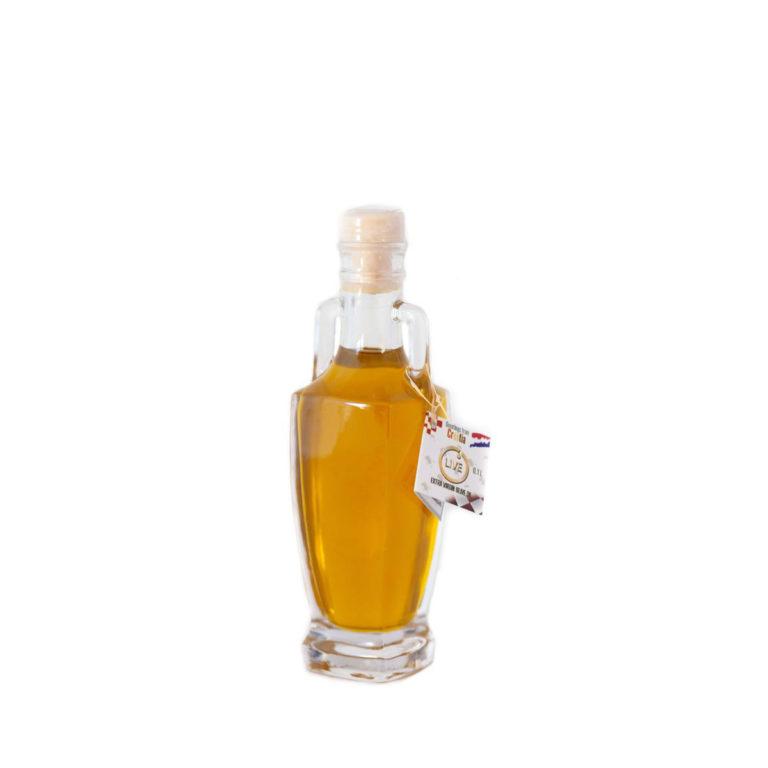 """Ova slika prikazuje bočicu u obliku anfore maslinovog ulja """"Naši dvori""""."""
