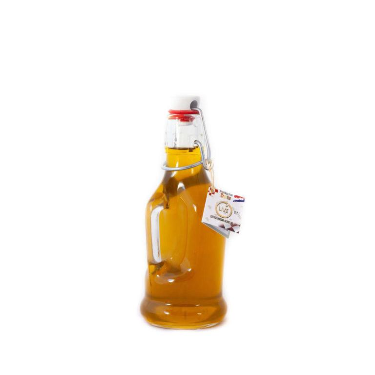 """Ova slika prikazuje siphon bočicu maslinovog ulja """"Naši dvori""""."""